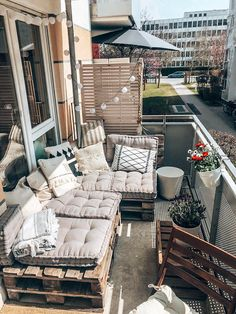 Sommerlicher Balkon mit DIY Couch Nice balcony with self-made sofa from Euro pallets in Munich Decor, Patio Decor, Small Balcony Decor, Outdoor Couch, Outdoor Furniture Sets, Home Decor, Small Apartment Furniture, Porch Furniture, Outdoor Decor