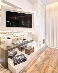 Para a divisão parcial entre o estar e a sala de TV o escritório Machado & Weiss Arquitetura e Interiores ...