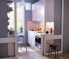 Cocina pequeña cerrada con puerta corredera de cristal