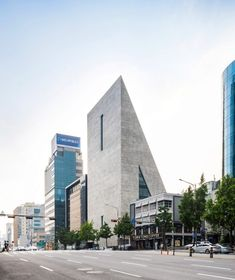 The ST/SongEun Building contains art studios and exhibition spaces for the SongEun Art and Cultural Foundation, a non-profit organisation that supports local artists.