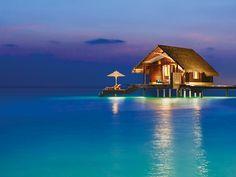 As ilhas Maldivas são um verdadeiro paraíso da natureza em meio ao oceano Índico. O destino é perfeito para aqueles que querem um refúgio da vida estressante e urbana. One & Only Reeithi Rah está localizado em uma das maiores ilhas de Atol de Malé, cercado por águas cristalinas e areias brancas. Esses hotéis vilas proporcionam uma experiência única em meio a natureza.   #beautifuldestinations #beautiful #paisagem #instatravel #instatrip #wanderlust