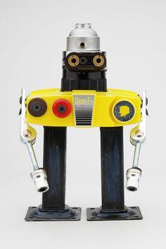 L'artiste espagnol Javier Arcos Pitarque recycle de vieux appareils électroniques et des pièces métalliques pour créer ces jolis robots rétro-futuristes, il y en a plein d'autres sur son blog.