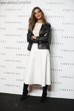 Sara Carbonero con el look en blanco y negro que nunca falla - ElleSpain  Falda Midi b712beb200cd