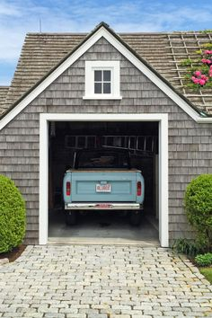 A wonderful Nantucket feel to my garage. The cedar shake adds rustic curb appeal to the home. Beach Cottage Style, Beach Cottage Decor, Lake Cottage, Coastal Cottage, Coastal Homes, Cottage Homes, Coastal Style, Coastal Living, Cottages By The Sea