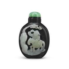A SUZHOU BLACK AND WHITE JADE SNUFF BOTTLE QING DYNASTY, 18TH/19TH CENTURY