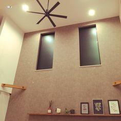 momoさんの、吹き抜け窓,吹き抜け,壁紙,アクセントクロス,サンゲツ,シーリングファン,オーデリック,造作棚,リビング,のお部屋写真