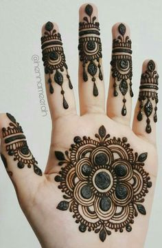 We are have geometric shapes and earthy designs to decorate our hands with mehndi for a long time now. Here are 17 classic round mehndi designs for you. Easy Mehndi Designs, Latest Mehndi Designs, Bridal Mehndi Designs, Round Mehndi Design, Mehndi Designs Finger, Palm Mehndi Design, Floral Henna Designs, Indian Mehndi Designs, Henna Art Designs