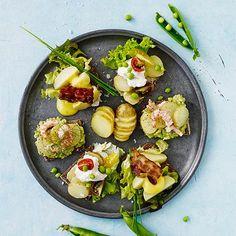 Kartoffelmadder er en dansk klassiker. Anret kolde kogte kartofler på rugbrød, og top med alverdens lækkerier.