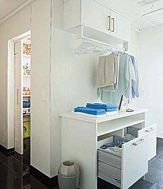 Três projetos de área de serviço em que reina a ordem. A escolha certa dos armários e dos acessórios é o principal segredo por aqui.