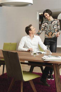 Chaises bicolores à piétement bois MOODS#31, parfaites pour meubler une salle à manger contemporaine.