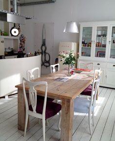 witgeschilderde houten vloer. vitrinekast. tafel.