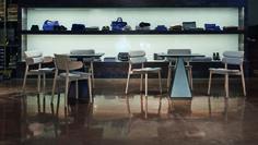 Sedia con braccioli in massello di faggio, seduta e lo schienale in multistrati sono disponibili verniciati oppure in tessuto o pelle, è possibile passare da una configurazione all'altra semplicemente sostituendo la banda del bracciolo con una dello schienale. #bands #chair #wood #design #contract #graffeo #monica