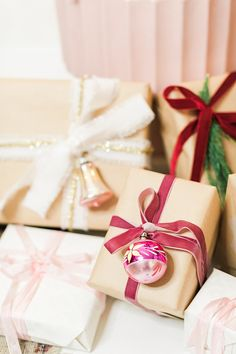 33 Festive Gift Wrapping Ideas to Try This Holiday Season – Diymeg Creative Gift Wrapping, Gift Wrapping Paper, Wrapping Ideas, Christmas 2018 Trends, Christmas Holidays, Xmas, Holiday Gifts, Christmas Gifts, Gift Wraping