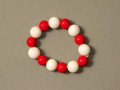 Schlichtes Armband - ♥ Rot-Weiß ♥ von ViennaCrafties auf DaWanda.com Ornament Wreath, Ornaments, Vienna, Beaded Bracelets, Etsy, Shop, Jewelry, Decor, Jewlery
