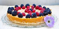 Reteta de tort de citrice cu zmeura si mure, fara coacere, este ideala pentru zilele toride de vara! Este racoritoare, sanatoasa, vegana si fara gluten!