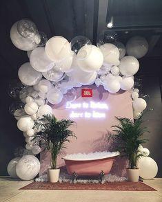 Фотозона с объемной композицией из шаров для закрытой вечеринки JBL / Big balloons composition for bath photozone on JBL party