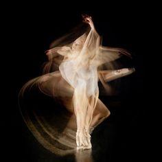 Fotos em longa exposição capturam movimentos de danças