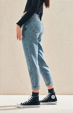 Create a cute and casual look with the Lexie Blue Mom Jeans by PacSun. These must-have blue jeans are made from a reliable rigid fabric and boast a high-rise fit and a tapered leg for a comfortable fit. Outfit Jeans, Lässigen Jeans, Mode Jeans, Casual Jeans, Casual Outfits, Buy Jeans, Ripped Jeans, Black Mom Jeans Outfit, Black Pants