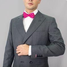 Detalle de pajarita en americana entallada solapa de pico para hombre cruzada de cuatro botones. Tejido de alta calidad de lana 100% en tono gris oscuro. #moda #hombre #caballero #gentlemen #diseño #bespoke #coleccion #trajes #sastrería #granada #madeinspain #artesanal #hechoamano #handmade #chaquetas www.lacolonial.eu