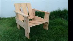 Cadeira feita com madeira reaproveitada de pallete.