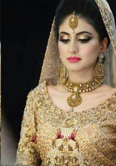Golden bridal look Wedding Eye Makeup, Indian Wedding Makeup, Bridal Makeup Looks, Bridal Beauty, Indian Makeup, Wedding Beauty, Wedding Wear, Indian Beauty, Indian Bride Poses