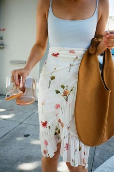 beach outfit Mellie Skirt - Fleures Sauvages Blanc - Lisa Says . Look Fashion, Fast Fashion, Fashion Outfits, Fashion Tips, Fashion Trends, Korean Fashion, Retro Fashion, Teen Outfits, Feminine Fashion
