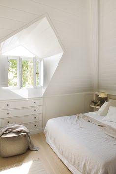 040 DSC6999. Dormitorio en blanco con un alto techo y una pequeña ventana_040 DSC6999