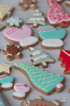 Easy and colorful Christmas decrated cookies on Sweetopia