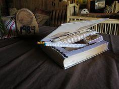 kirjarasia , paperikynät ja kynttilät