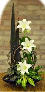 ✿ ❤ Ikebana, Simple and Elegant Madonna Lilies Flower Arrangement for Easter. From a designer in the U. Ikebana Arrangements, Easter Flower Arrangements, Ikebana Flower Arrangement, Easter Flowers, Floral Arrangements, Contemporary Flower Arrangements, Beautiful Flower Arrangements, Beautiful Flowers, Church Flowers