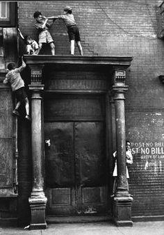 bambini giocano salendo sopra la porta