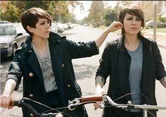 ¿SABÍAS QUE...    Tegan and Sara, gemelas idénticas, se iniciaron en la música a la edad de 8 años, tomando lecciones de piano?