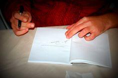 """Mondadori espone una locandina: uno squarcio di cielo azzurro all'interno di un """"cesso"""" di una metropolitana underground con una strada che corre sotto. Uno specchio rotto, che riflette i tagli dell'anima. Il Titolo del romanzo è """"Lo scopatore di anime""""."""