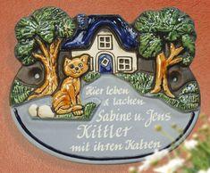 Individuell beschriftetes Keramik Türschild Haus mit Katze - Ein Haustürschild mit Charme lässt Ihre Besucher staunen.