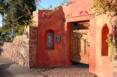 Gated courtyard entry to Mexican hacienda style home. Hacienda Decor, Mexican Hacienda, Hacienda Style, Mexican Style, Mexican Art, Spanish Style Homes, Spanish House, Spanish Colonial, Spanish Bungalow