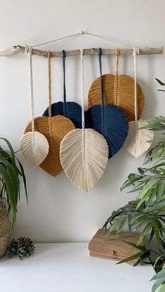 Macrame Wall Hanging Diy, Macrame Art, Macrame Projects, Rope Crafts, Feather Crafts, Diy Crafts For Home Decor, Creation Deco, Macrame Design, Macrame Patterns