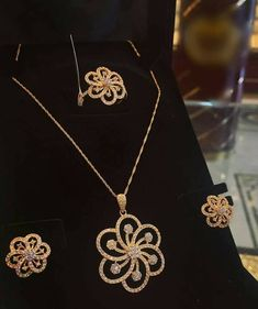 Love this jewellery Gold Jewelry Simple, Gold Rings Jewelry, Trendy Jewelry, Jewelry Trends, Pendant Jewelry, Fashion Jewelry, Gold Fashion, Gold Pendant, Fashion Necklace