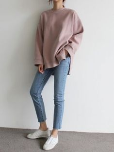 Oversized shirt with a pair of light blue jeans ❤ chic branché, light jeans Fashion Mode, Asian Fashion, Look Fashion, Winter Fashion, Fashion Trends, Fashion Ideas, Fashion Pics, Mode Outfits, Korean Outfits