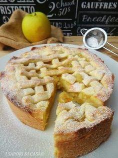 Oggi voglio proporti la crostata cuor di mela, dolce delizioso composto da una morbida frolla lievitata farcita con una golosa crema di mele.