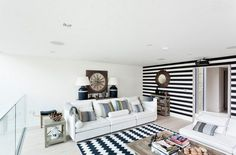 Zajímavé obývací pokoje s pruhy na zdech