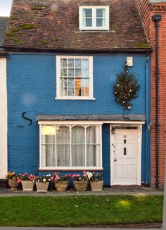 The pretty Well Cottage in East Street, Alresford, Hampshire_ England
