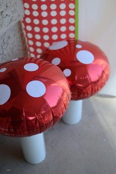 Cute idea...round foil balloons with white polka dot decals. Mushrooms for Mario Bros. Theme