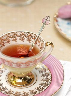 Cute Tea Spoon but don't really leave it sitting in your cup. Place it behind your tea cup with the handle to your right. Across your tea cup when finished. Tea Cup Saucer, Tea Cups, Rosen Tee, Café Chocolate, Pause Café, Cuppa Tea, My Cup Of Tea, Mocca, High Tea