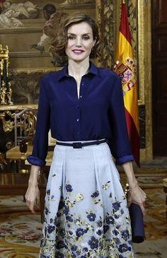 Letizia. Blusa y falda de Carolina Herrera y clutch de Felipe Varela.