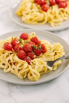 Creamy Spiralized Rutabaga with Burst Cherry Tomatoes - Weight Watchers SmartPoints: 8 points Spiralizer Recipes, Pasta Recipes, Vegan Recipes, Cooking Recipes, Free Recipes, Dinner Recipes, Healthy Food Blogs, Healthy Eating, Healthy Cooking