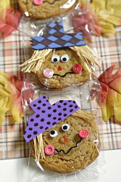 Creative Autumn Snack for Kids: Oatmeal Creme Pie Cookie Scarecrows - PintoPin Fall Snacks, Cute Snacks, Halloween Snacks, Fall Treats, Holiday Treats, Holiday Fun, Kid Snacks, Class Snacks, Classroom Snacks