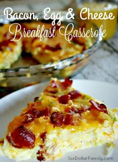 Quick easy and oh so tasty this Bacon Egg & Cheese Breakfast Casserole Recipe is just what your morning needs! Freezer friendly and delicious too it combines the best of your favorite breakfast foods! Bacon egg cheese and hashbrowns all baked togeth Breakfast And Brunch, Breakfast Items, Breakfast Bake, Breakfast Dishes, Bacon And Egg Breakfast, Brunch Egg Dishes, Paleo Breakfast, Christmas Breakfast, Christmas Morning