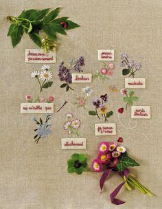 Carte en lin brodées de mots d'amour et de fleurs avec différents points