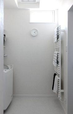"""わが家の間取りを決めるとき、水回りにチョットだけ""""こだわった""""ことがあります(〃▽〃)ゞ 1.洗面室と脱衣室(洗濯室)を仕切ること。 2.洗面・脱衣室にトイレとW.I.Cを隣接させること。 ●引戸で仕切った奥が脱衣室(洗濯室) ●フローリングの部分が洗面室 ●お写真の左端に見える濃茶のドアがトイレ ●お写真の手前がW.I.C ●奥(写真の右端)がパントリー こんな感じでなんとか要望を詰め込みました(〃▽〃)ゞ と言うことで。何度も登場し..."""