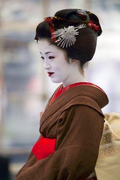 芸妓さんと舞妓さんのブログ (Ichimame with sakkou hairstyle at Baikasai by onihide on flikr)